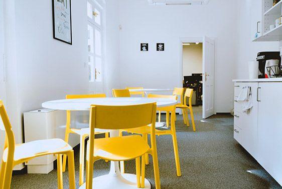 biely stôl so žltými stoličkami kuchynka visbility