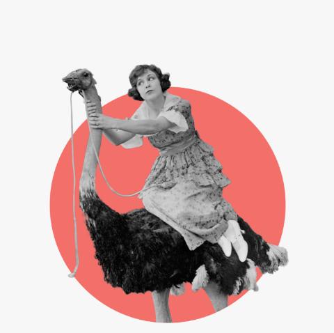 Žena sediaca na pštrosovi